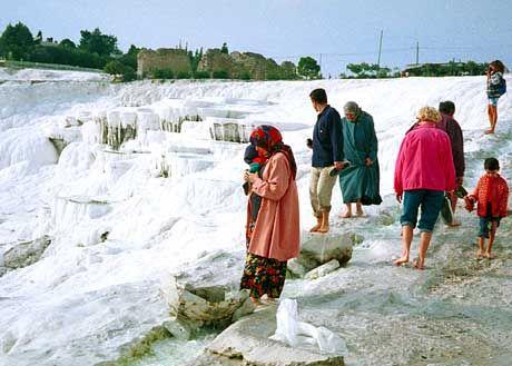 Schneebedeckte Hügel mit Grauschleier: Die Schönheit des Naturwunders von Pamukkale soll in ein paar Jahren wieder hergestellt sein