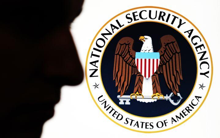 Gesicht vor NSA-Logo: Wer der Mann ist, wissen wohl nur er selbst und der Fotograf