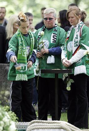 Wolfsburger Fans am Grab von Nowak: Letzte Ehre für den Publikumsliebling