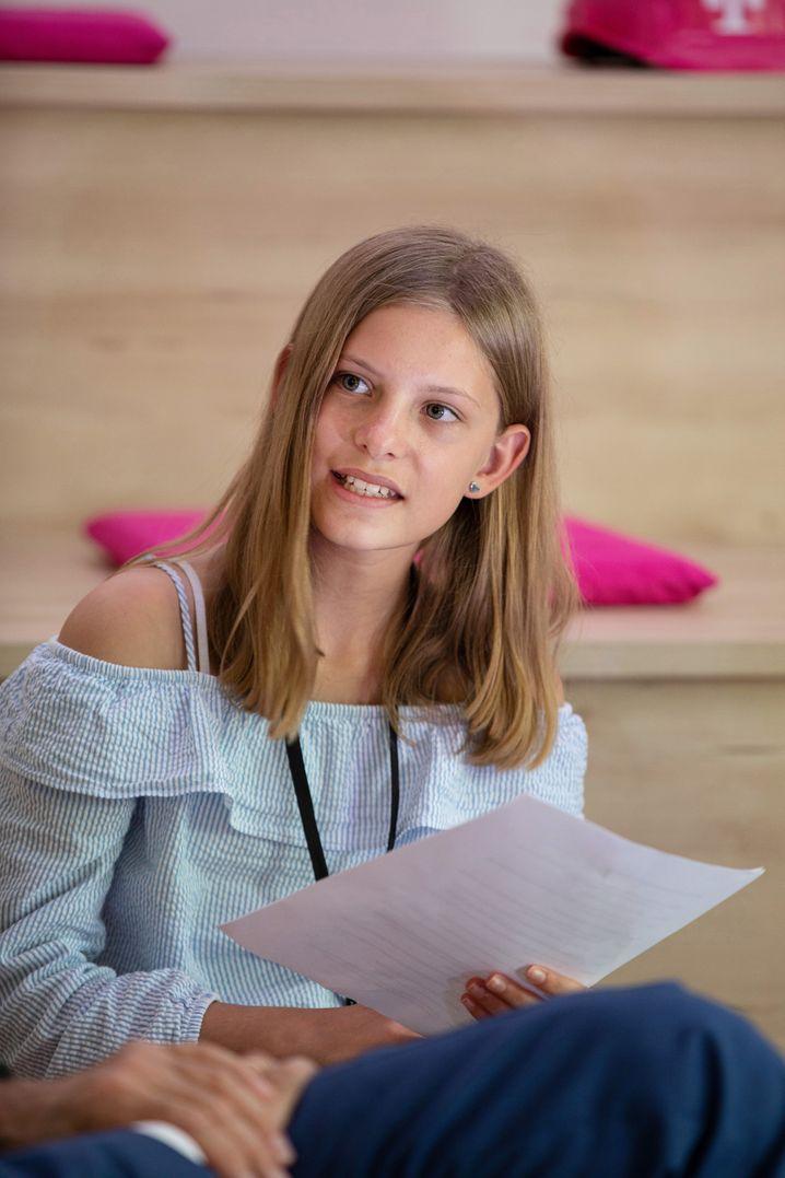 Nika, 12, geht in die 7. Klasse des Gymnasiums Hochdahl in Erkrath. In ihrer Freizeit tanzt sie Jazz und Modern Dance. Sie nutzt ihr Handy sehr oft, zum Beispiel für TikTok oder WhatsApp.