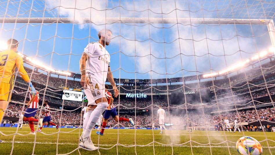 Sergio Ramos holt den Ball aus dem Tor