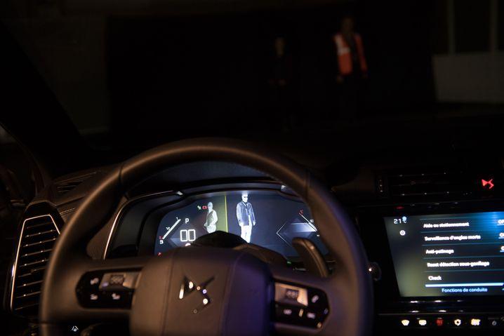 Das Nachtsichtsystem im DS7 erkennt Fußgänger auch bei Dunkelheit.