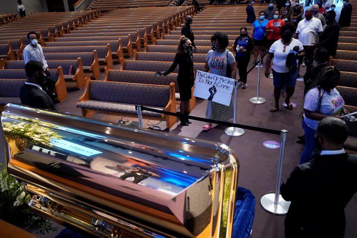 """""""Homecoming"""" ist eine afroamerikanische Trauertradition. In Houston ehrten mehr als 6000 Menschen damit George Floyd"""