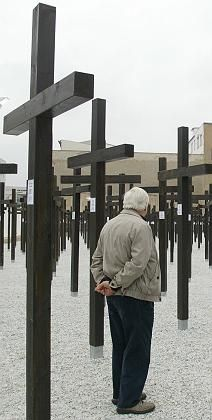 A Berlin court on Friday ordered this monument -- dedicated to those who died trying to cross the Berlin Wall -- removed.