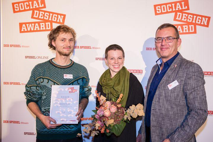 Sonderpreisgewinner: Marvin Schwark und Anka Broschk von Hinterhof-Dinner mit Robert Köhler (r.) von Bauhaus