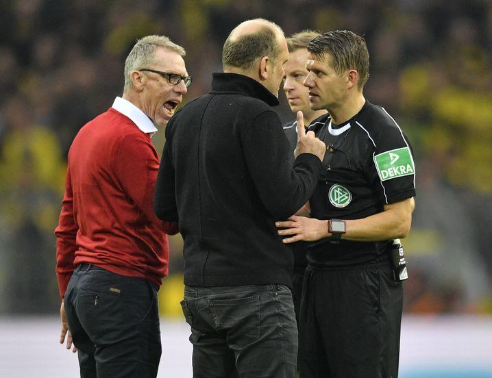 Peter Stöger und Jörg Schmadtke mit Schiedsrichter Patrick Ittrich