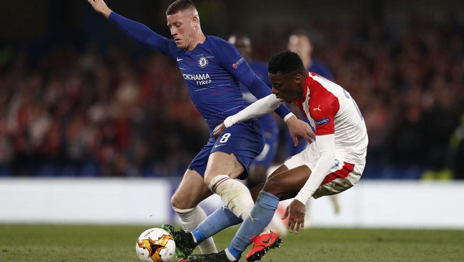 Ross Barkley behauptet den Ball - und verhilft seinem FC Chelsea zum Halbfinaleinzug.