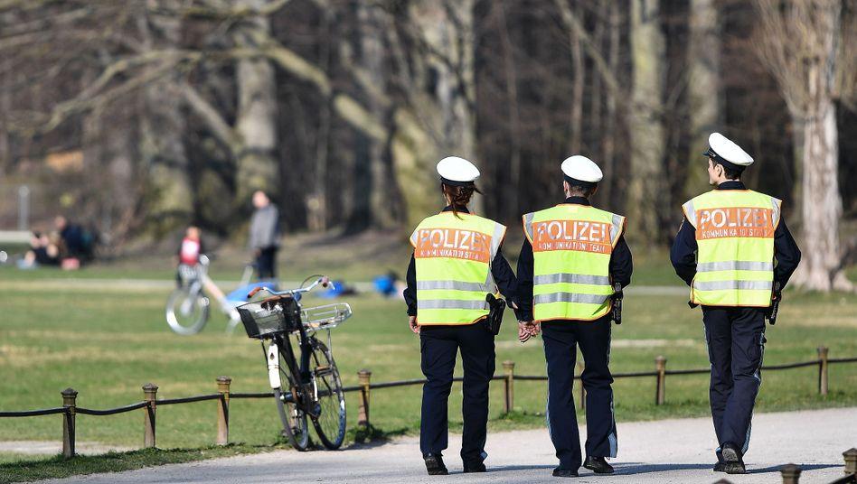 Polizeipatrouille im Englischen Garten (Archivbild)