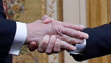 Nahaufnahme eines Handshakes zwischen Macron und Trump