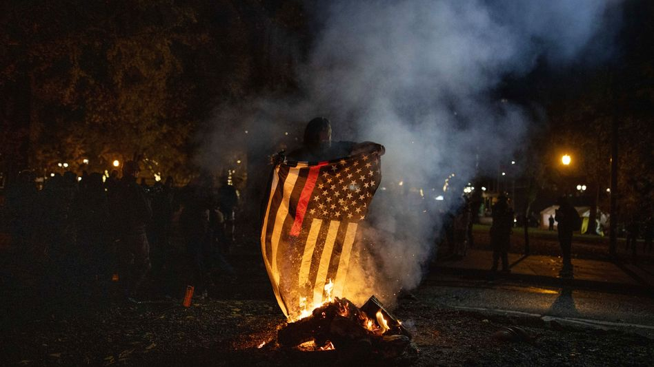 Brennende US-Flagge bei Protesten am Wahltag in Portland