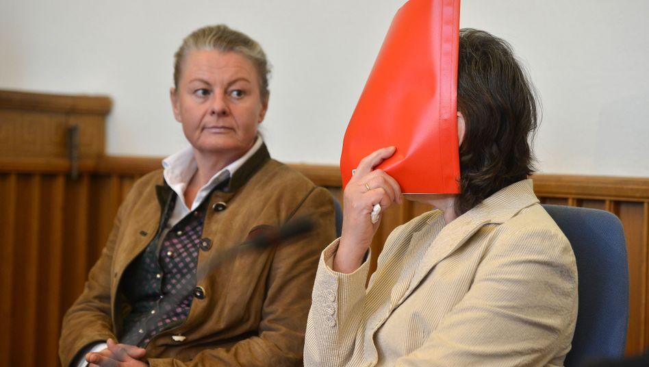 Die Angeklagte neben ihrer Übersetzerin im Gerichtssaal: Angeblich keine Erinnerung