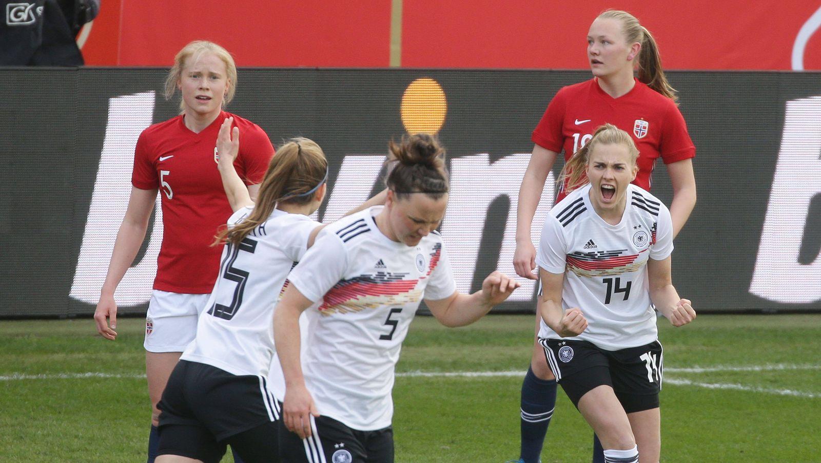 Wiesbaden , Fußball Länderspiel Deutschland vs. Norwegen , Jubel Nach dem Tor zum 1 : 1 , rechts: Torschützin ( Laura F