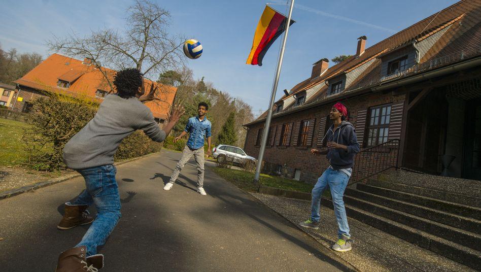 Junge Flüchtlinge und Zugewanderte in einer Fördereinrichtung in Hessen
