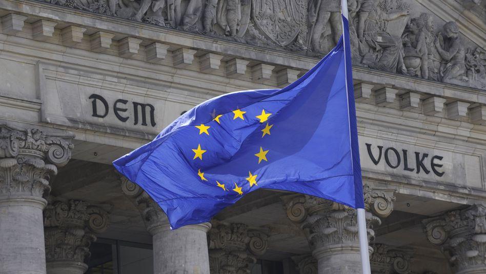 Flagge vor Reichstag in Berlin: Wachsende EU-Skepsis