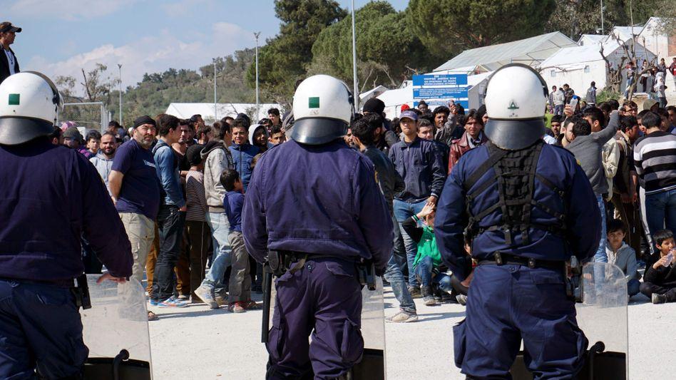 Polizisten und protestierende Flüchtlinge auf Lesbos