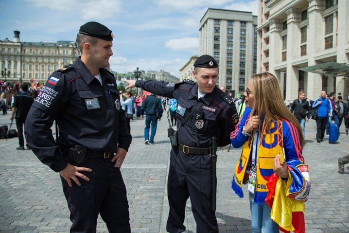 """""""Ein Fest für alle, ohne Grenzen"""": Die Touristenpolizei erklärt einem kolumbianischen Fan den Weg"""