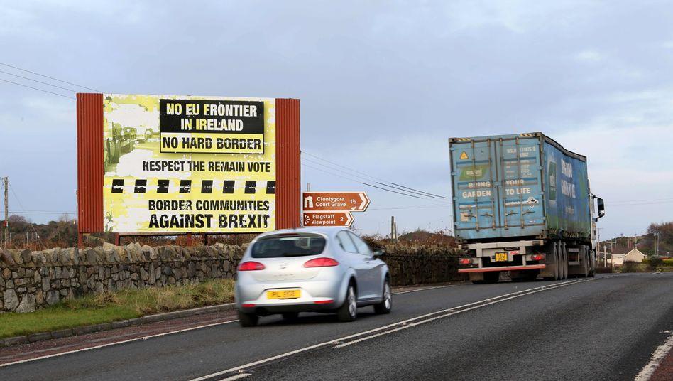 Protestschild an der irisch-nordirischen Grenze: Irland muss Zollkontrollen vorbereiten
