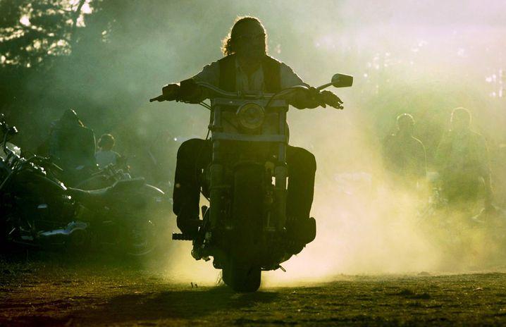 Quer-durch-die-Gegend-fliegen an Seilen hinter Motorrädern: Bitte nicht nachmachen!