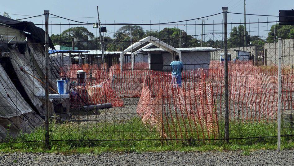 Ebola-Behandlungszentrum in Liberia: Hier werden der Vater und der Bruder des verstorbenen Jungen behandelt