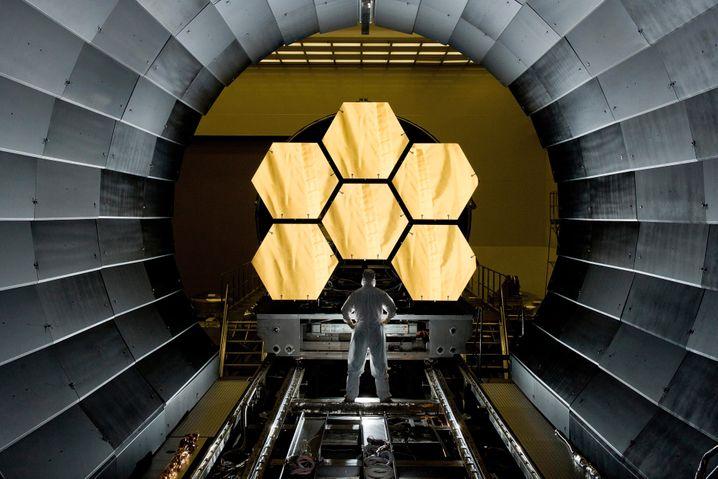 Die ersten Elemente des »James Webb«-Spiegels beim Test in einer Kältekammer
