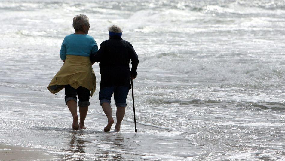 Senioren am Strand (auf Amrum, September 2006): Hirngröße nimmt im Alter ab