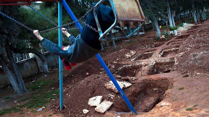 Krieg in Syrien: Schaukeln neben Gräbern