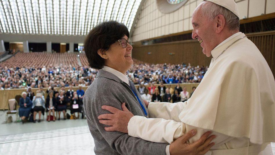 Schwester Carmen Sammut und Papst Franziskus