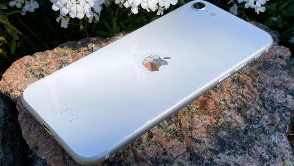 Das neue iPhone SE gibt es in Schwarz, Weiß und Rot. Einen Teil der Erlöse der roten Version will Apple in einen Fonds zur Bekämpfung von Covid-19 investieren