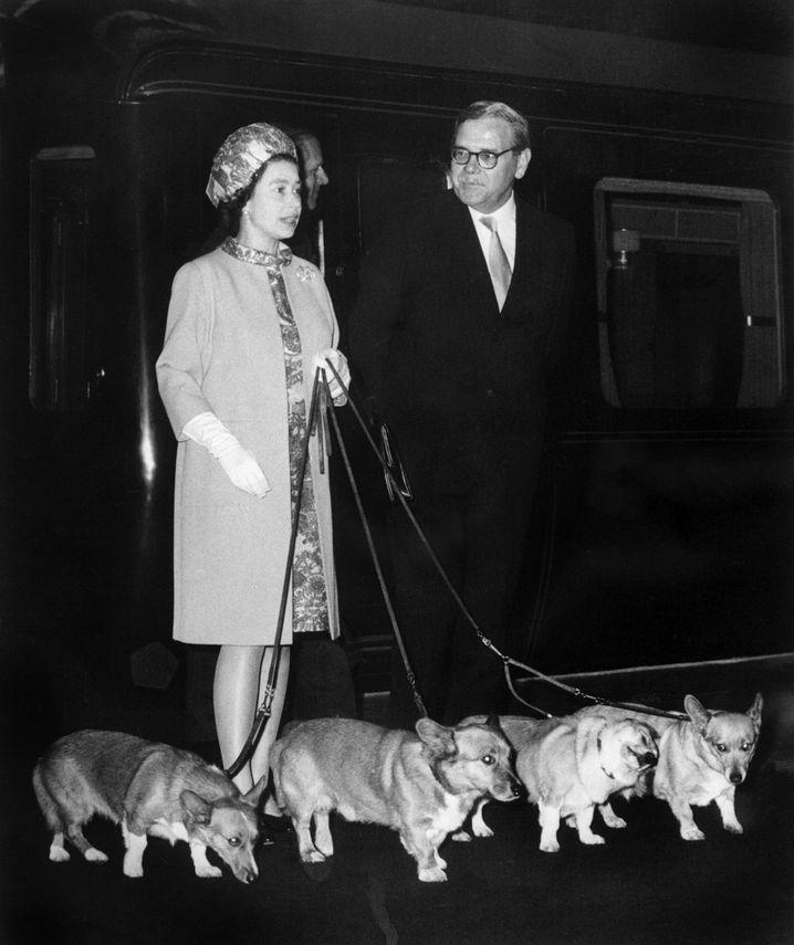 Tierliebes Selbstbild: Elizabeth II. 1969 mit ihren vier Corgies