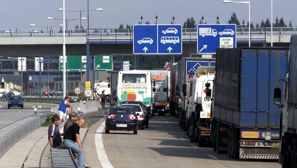 Hier gibt es noch Grenzkontrollen: Lkw warten am deutsch-tschechischen Übergang