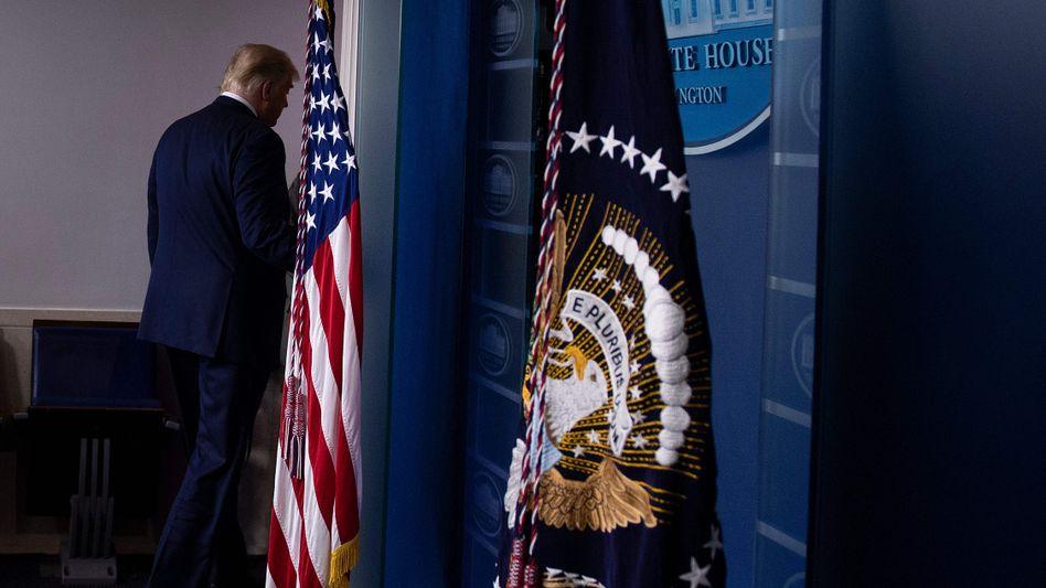 US-Präsident beim Abgang nach dem denkwürdigen Press Briefing im Weißen Haus