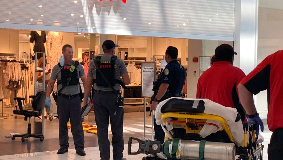 Einsatzkräfte untersuchen den Tatort in einem Einkaufszentrum in Hoover, Alabama