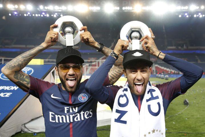 Neymar (r.) und Dani Alves mit der Ligue 1-Trophäe