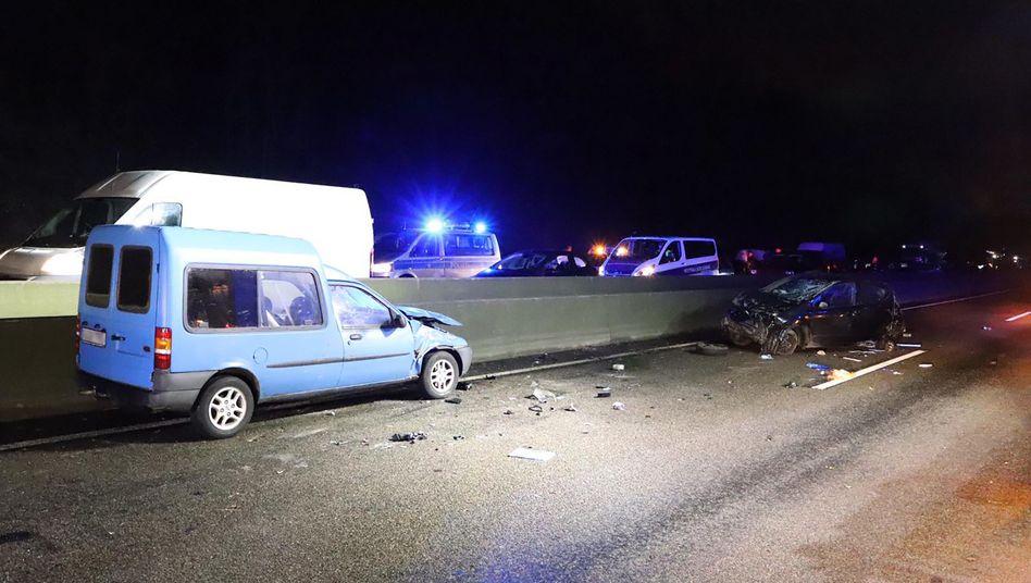 Zwei beschädigte Autos auf der Autobahn 535 bei Wuppertal