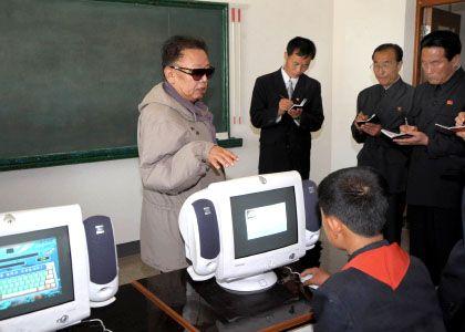 Nordkoreas Machthaber Kim Jong-Il in einer Computerklasse: Angeblich betreibt sein Militär eine Hacker-Truppe