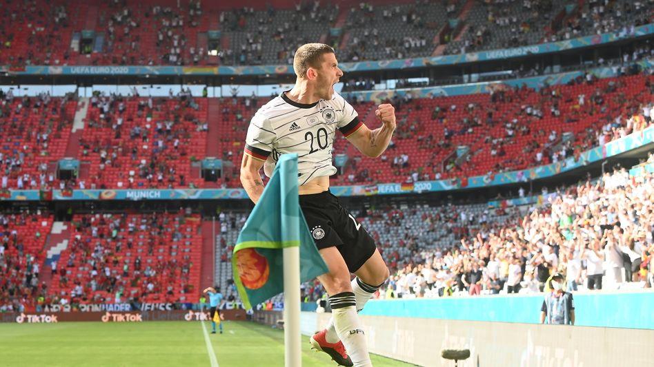 Linksverteidiger Robin Gosen bereitete zwei Treffer vor und erzielte einen selbst