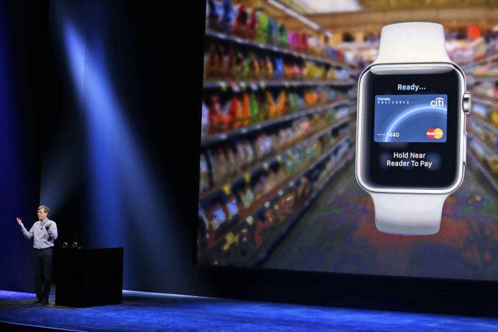 Kevin Lynch stellt die Bezahlfunktion der Apple Watch vor.