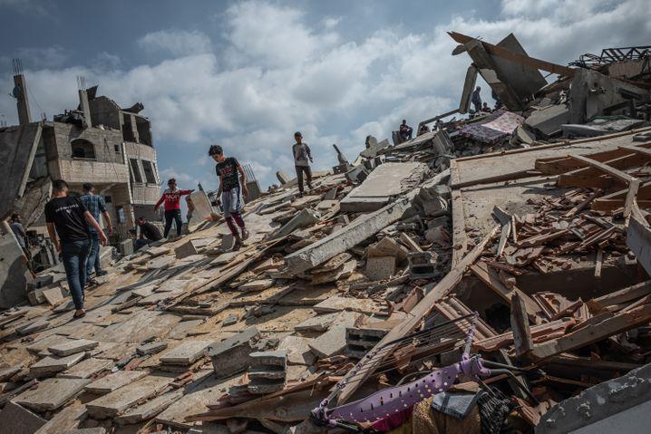 Kinder spielen auf einem von Israels Armee zerstörten Gebäude in Gaza-Stadt