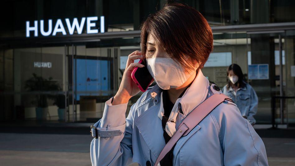 Frau vor Huawei-Geschäft in Peking (April): China war 2019 für die Bundesrepublik zum vierten Mal in Folge der größte Handelspartner