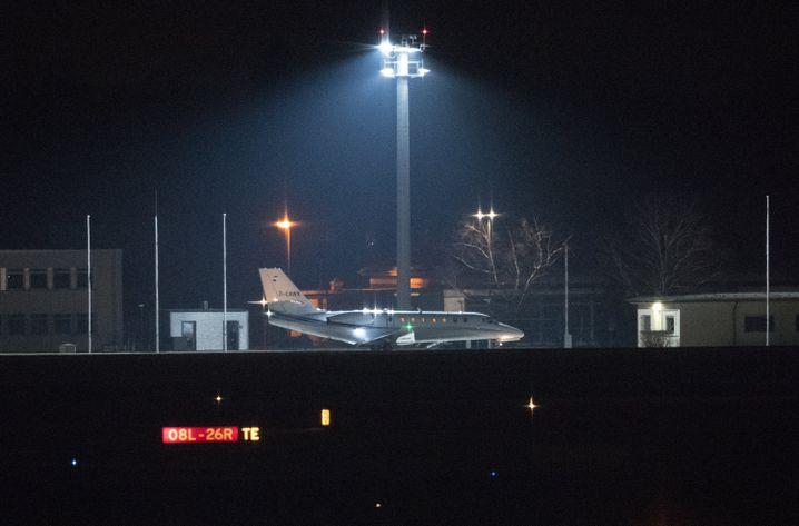 Charterflugzeug mit Yücel in Berlin: So schnell wie möglich weg