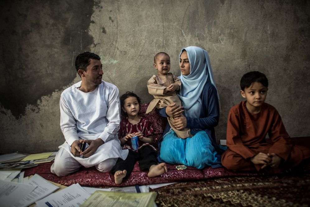 """Bundeswehr translator Abdul Wahed Sharif with his family: """"Everything the Germans wanted to know from the Afghans and vice versa went through my number."""""""