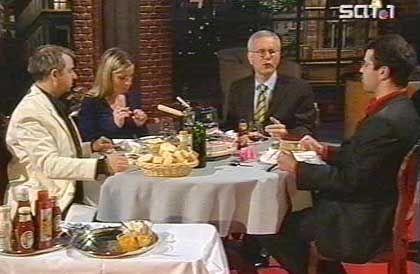 Beim Fondue-Essen mit den Mitarbeitern in einer Sondersendung zum Ende des Jahres