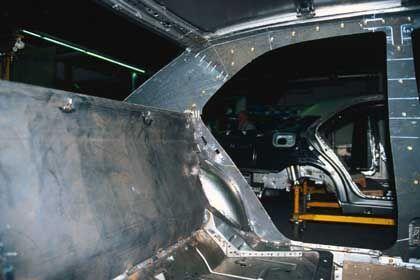 Panzer im Bau: Die schweren Stahlplatten schützen vor Sprengladungen