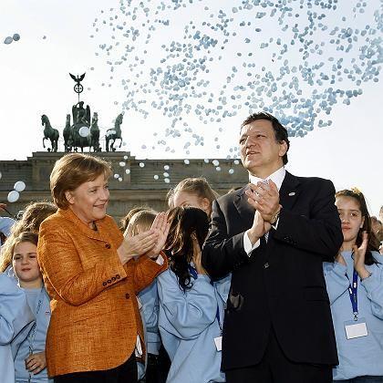 Friede, Freude, Luftnummer: Zusammen mit Schulkindern lassen Kanzlerin Merkel und EU-Präsident Barroso am Sonntag vor dem Brandenburger Tor in Berlin 5000 Ballons mit den Flaggen der Mitgliedsstaaten der EU in den Himmel steigen