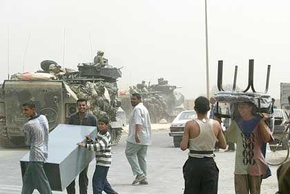 Freudentag für die Schiiten im Nordosten Bagdads: Als US-Truppen ohne Widerstand in den Vorort einmarschierten, brachen Plünderungen aus