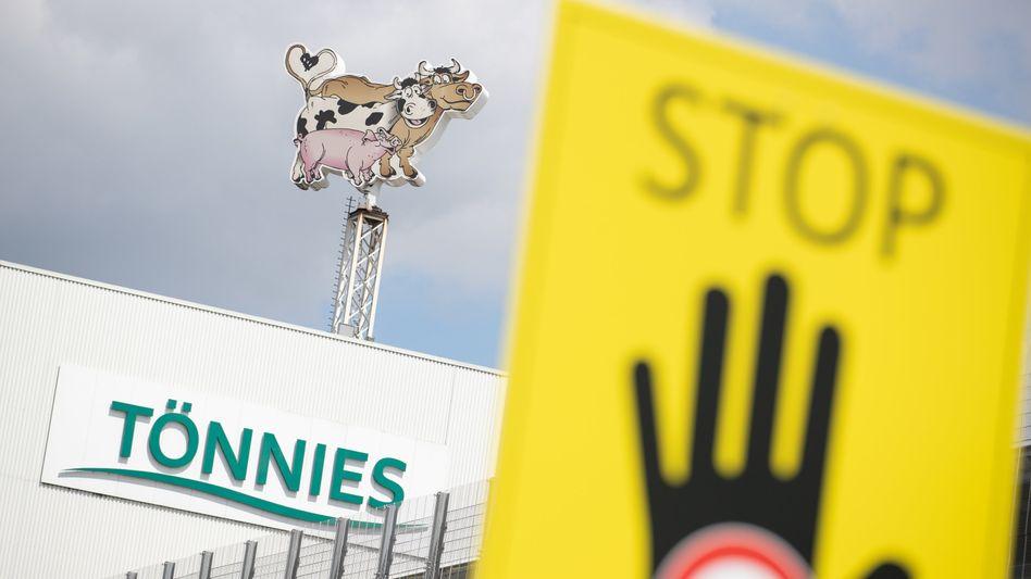 Ein Schild auf dem Betriebsgelände der Fleischfabrik Tönnies