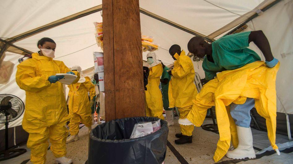 Ärzte in Sierra Leone (Archiv): Experimentelles Ebola-Mittel könnte getestet werden
