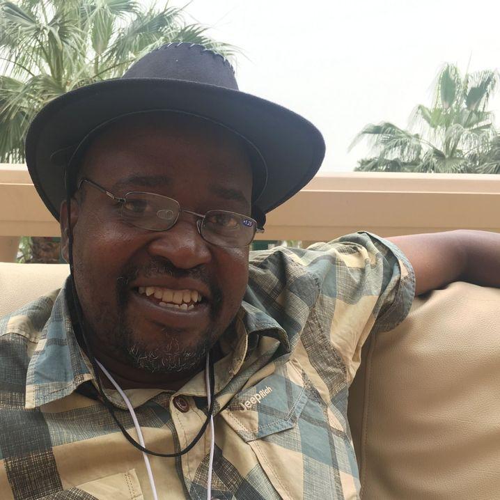 Andrews Nchessie unterrichtet eine Klasse mit 155 Schülern - allein