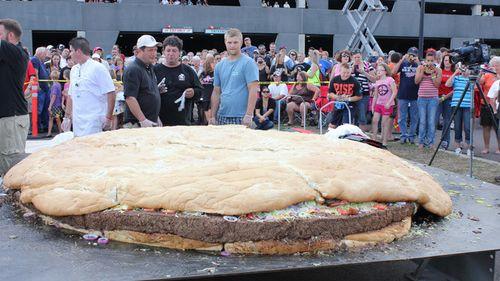Größter Burger der Welt: Zubereitet mit Hilfe eines Krans