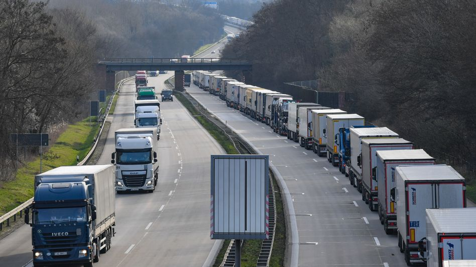 Auf der Autobahn A12 stauen sich vor dem deutsch-polnischen Grenzübergang Lastwagen